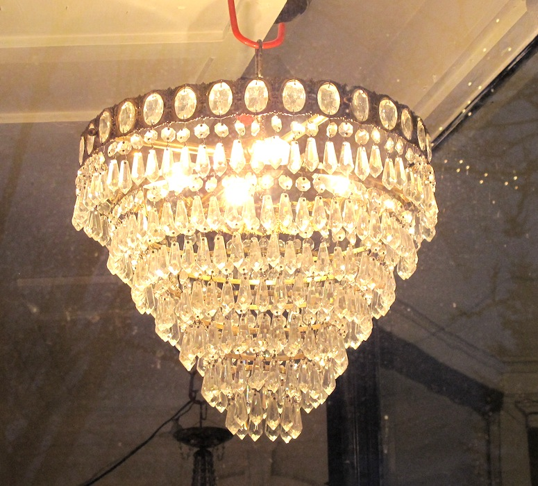 http://www.props.legrenierny.com/files/gimgs/215_5chandelierinwindow-copy.jpg
